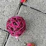 Weihnachtsdeko Weihnachts Advents Girlande Pink Christmas mit pinken Rattankugeln, Sternanhänger aus Draht, Eichelhütchen, Bucheneckern & rosa Acrylperlen, Metallperlen