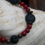 Perlenarmband Lipari mit roten Glasperlen, schwarzen Lavaperlen, bronze Metallperlen & bronze Lampion Metallperlen, Knebelverschluss verziert in Bronze