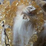 Lange Mala Citrin Perlen Halskette Perlenkette Edelsteinkettte Lemon mit gesplitteten Citrinperlen, Drahtsilberperlen, weisser Wildlederimitat Quaste & Kokosrondellen