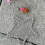 Weihnachtsdeko Weihnachts Advents Girlande Pink Christmas mit pinken Rattankugeln, silbernen Sternanhänger aus Draht, Eichelhütchen, Bucheneckern, rosa Acrylperlen, Metallperlen