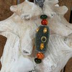 Schutzengel Schlüsselanhänger Farris mit grauer Kashmiriperle mit orangen Acrylperlen, orange-rote marmorierte Glasperlen, grünen Glasperlen