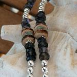 Lange Mala Perlenhalskette Perlen Halskette Izzy mit facettierten Saphir Edelsteinen, türkis Kokosrondellen, Natur Kokosronellen, weisser Quastenanhänger aus Lederimitat