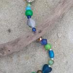 Schwemmholz Girlande Fiore di Primavera mit emailliertem Blumenanhänger weiss mit hellgrünen Punkten, verschiedenen grünen und blauen Glas-, Acryl- und Holzperlen, bronze Drahtperle