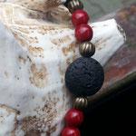 Perlen Halskette mit schwarzen Lavaperlen, roten Glasperlen, bronze Lampion Metallperlen und Engelsflügelanhänger in Bronze