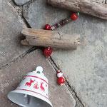 Weihnachtsdekoration Schwemmholz Girlande mit Glockenanhänger mit schwedischen Motiven wie Elch und Tannenbaum, roter Herzeperle und Weihnachtsmann-Perle