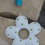 Schwemmholzgirlande Fiore di Primavera mit emailliertem Blumenanhänger weiss mit hellgrünen Punkten, verschiedenen grünen und blauen Glas-, Acryl- und Holzperlen, Blumenholzperle blaugrün