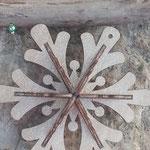 Weihnachts Schwemmholz Girlande Winter Star mit Sternanhänger aus Holz mit feinen Goldnuancen, goldenen Drahtperlen, roten Acrylperlen und dunkelbraunen Holzperlen