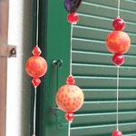 Retro Vintage Mobile Klangspiel Windspiel Girlande Red Temptation mit rotschwarzer Abtropfkelle, schwarzen Acryl Herzperlen & orangeroten Blumen Fimoperlen