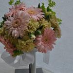 ラウンドブーケ  丸くお花を集めたオーソドックスで可愛らしいブーケです。 どんなドレスにも似合うので、人気の形です。