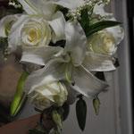キャスケードブーケ   花々が流れ落ちるフォルムが、エレガンスな雰囲気です。ボリュームのあるドレスや、シックなドレスに似合います。