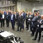 KC-Leiter Heiko Schumann erläutert die Lenkung für die MEB-Fahrzeuge. // Foto: Volkswagen AG