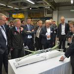 Dr. Sierk Fiebig präsentiert die GFK-X-Feder. // Foto: Volkswagen AG