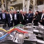 Mitarbeiter Vincenzo Canfano präsentierte eine Retrofit-IHU-Anlage. // Foto: Volkswagen AG