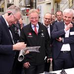 Dr. Stefan Sommer mit einem IHU-Rohr für eine IHU-Anlage. // Foto: Volkswagen AG