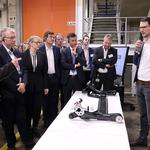Mitarbeiter Erik Brötzmann erläutert die Maßnahmen zur Energieeinsparung am Standort. // Foto: Volkswagen AG