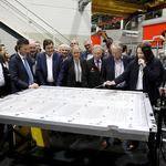 Mitarbeiterin Sabrina Prüße erklärt die Fertigungsschritte eines Batteriegehäuses für die neue MEB-Batterie. // Foto: Volkswagen AG