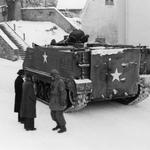 US-Schützenpanzer bei der Ortsdurchfahrt.