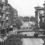 1926-1930 La Ribera desde la manzana entre Colón y Atarazanas. El edificio bajo junto a Correos, sobre el solar donde estuvo el Mercado de La Ribera, albergó los Juzgados municipales y el Registro Civil (sobrevivió al incendio y se derribó en los 60)