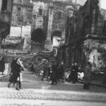 1941 Ruinas de la Calle de la Pescadería desde La Ribera. Al fondo, la Catedral. A la izquierda, sobre el solar donde estuvo el Mercado de La Ribera, el edificio que albergó los Juzgados municipales y el Registro Civil (derribado en los años 60)