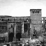 """1941 Vista general de la Catedral desde lo que fue la Plaza Vieja. Al frente, restos de la Calle del Puente y la """"Escalera de los Mártires"""". A la derecha de la Catedral se ven las ruinas del Palacio Episcopal, al comienzo de Ruamayor"""
