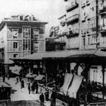 """1886 Atarazanas desde el Puente. En el centro de la imagen, la """"Pescadería de Atarazanas""""; más allá de ésta, Calle Colón"""