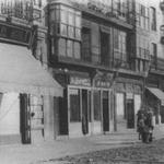 Años 40. Tramo de San Francisco, entre Isabel II y Puerta de la Sierra, que se salvó del incendio y fue derribado posteriormente. Desde el suroeste