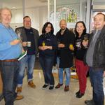 Gruppenbild mit der Filialleitung der Volksbank, Chef der Buchhandlung und Liz und Meikel