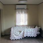 内観。入口からベッドを見る。柔らかい色合いとしました。