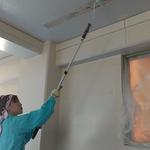 塗装する天井や壁がきれいになったら、いよいよシーラー&ペンキを塗っていきます。室さん大変上手です。