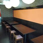 テーブル席。お客様人数に合わせて可変するベンチ式を採用しています。