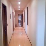 玄関からキッチンへの廊下。左側に水まわりをまとめています。