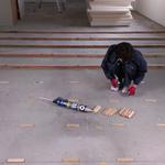 455ミリピッチで根太を打ちます。エントランス部分は床が他と比べて低いので、レベルを調整するためにパッキンをいれていきます。