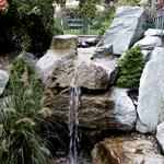 Natürlich gestalteter Wasserfall