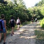 Un groupe de personnes en randonnée sur un chemin de montagne emmené par Juliette Adesso du gite de la gorre en location en ardeche