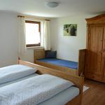 Schlafzimmer mit Doppelbett und Einzelbett - Blick auf's Einzelbett