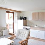 Blick von Sitzecke auf Wohnküche und Balkontür