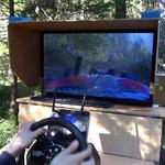 Der Fahrerstand bei einer Fahrt im Wald.
