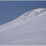 ⑦櫛が峰山頂部の大斜面を、思い思いのコースで自由に滑る山スキーヤーたち。楽しそうなスプールをご覧いただきたい。南八甲田は夏はアプローチが長く南八甲田の最高峰、ここ櫛が峰まで上り下りとも各6時間余を要するが、残雪期は国道103号線の最高地点の笠松峠付近から入れるので、6時間ほどで往復できる。これがシールを利用する山スキーの魅力だ。