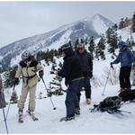 ④冬山登山者のような山スキーのいでたちである。後ろに見えているのは北八甲田の雄峰、高田大岳(1552m)である。