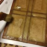 障子と同じですので、枠部分に水を塗って糊を柔らかくします。