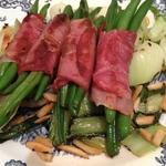 Grüne Speckbohnen auf Mandel-Pak Choi