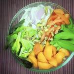 Bunter Sommersalat mit Aprikosen, Pistazien & Minze