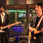 ピアノをギターに持替えて熱唱する金森さんと、コーラス & ギターの上田さん。