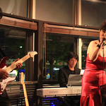 息の合った伴奏でボーカルの旋律を支える、リーダーでピアノの金森さんと、ギターの上田さん。
