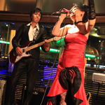 目の覚める様な赤色のドレスで熱唱するボーカルの広江(ひろえ)さんと、リズムを刻むギターの上田さん。