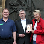 Überreichung der Auszeichnung (von links: Gerhard Kunze (A.i.F.), Pfarrer Roland Neher, Marion Damm (LBV)