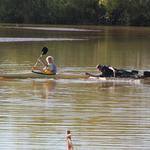 Kajak mit Floß im Schlepptau auf dem Weg zum Standplatz im See