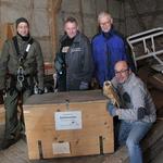 Jan Ebert, Ralf Böhme, Fred Goller und Volker Woitzik mit einem neuen Nistkasten und einer Schleiereule