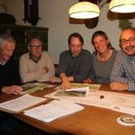 Die Kartierer Fred Goller, Uli Völker, Jan Ebert, Eva Schubert und Volker Woitzik beim Auswerten der Feuersalamander-Fundorte