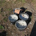 Eimer mit Beton gefüllt als Anker